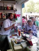 Firmando libros en la feria