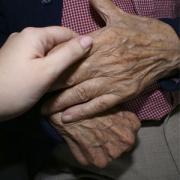 Bermejo modera la mesa «tego una pregunta para usted… sobre Alzhéimer» y proclama el manifiesto sobre alzhéimer del Centro San Camilo